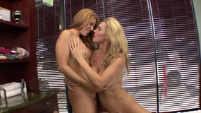 Sexy MILF seduces her masseuse with her stunning naked body