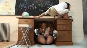Lesbijek,,studentów,,fałszywe,cycki,,zabawki,,klasa,pokój,,pończochy,,dildo,,lizanie,cipki,,fingerplay,,masturbacja,,perwersyjne